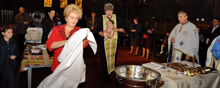 -poze botez in cristelnita la Biserica Naşterea Maicii Domnului - Sf. Maria Ghencea