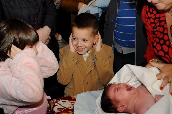 poze cu bebelusul plangand la botez