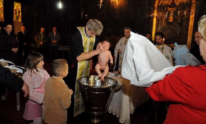 poze botez in cristelnita la biserica Naşterea Maicii Domnului - Sf. Maria Ghencea