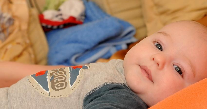 fotograf botez bebelusul in pat